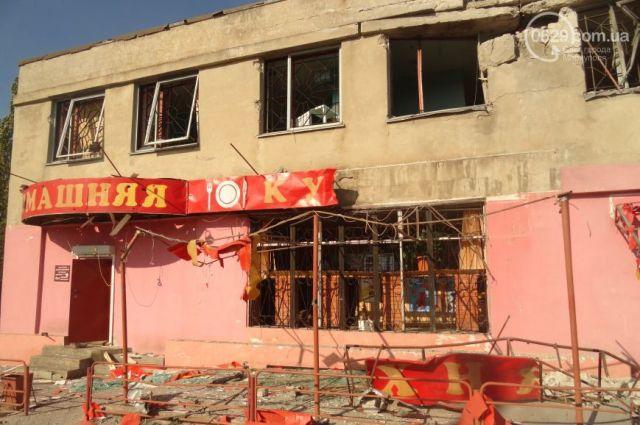 Разрушенный из-за обстрелов террористами дом в Мариуполе