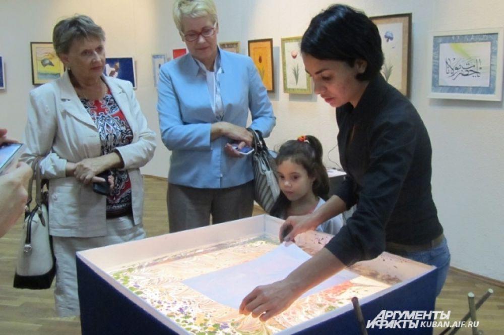 Посетители выставки, затаив дыхание, ждут результата - что получится на бумаге?