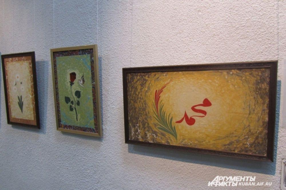Это традиционные восточные мотивы - цветы и каллиграфия.