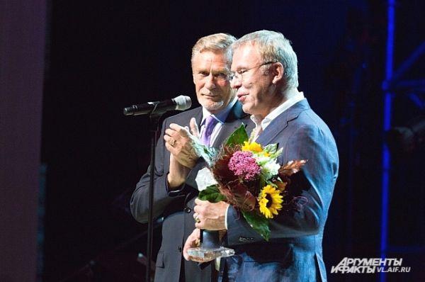 Прославленный хоккеист тепло поблагодарил за эту награду.