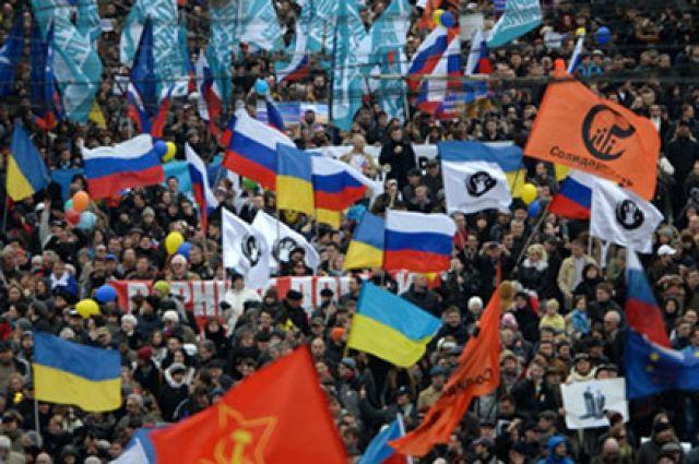 Участники антивоенного «Марша мира» во время шествия по Бульварному кольцу в Москве.
