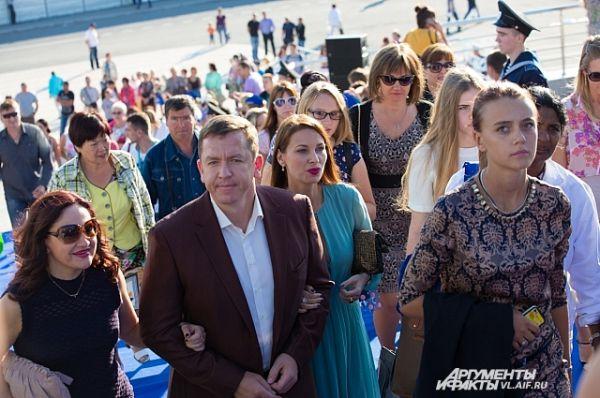 Зрители поднимаются в театр оперы и балета на закрытие фестиваля.