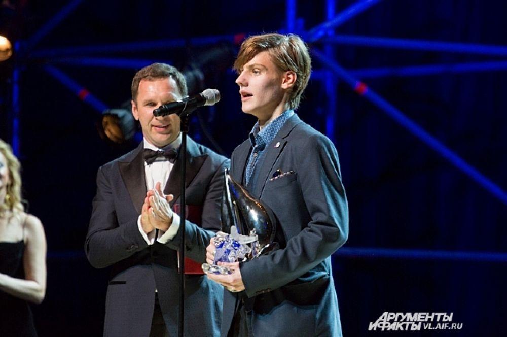 Приз зрительских симпатий по вместо Анны Тереховой за фильм «Звезда» получил актер Павел Табаков.