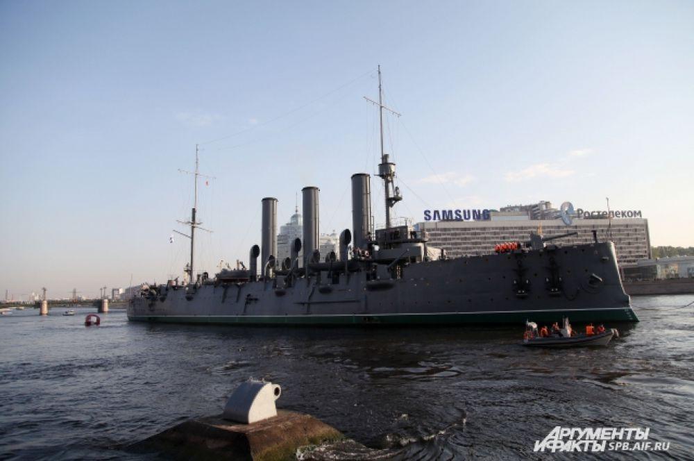 Осадка «Авроры» составляет шесть метров. Перед буксировкой специалисты постарались максимально разгрузить корабль.