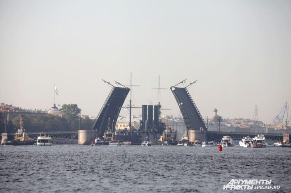 Чтобы крейсер прошел по Неве, были разведены Троицкий, Дворцовый и Благовещенский мосты.