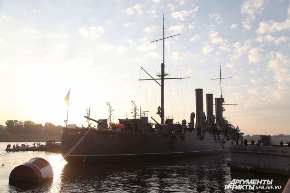 Буксировка крейсера по Неве – задача не из легких, так как течение реки бывает порой непредсказуемым.