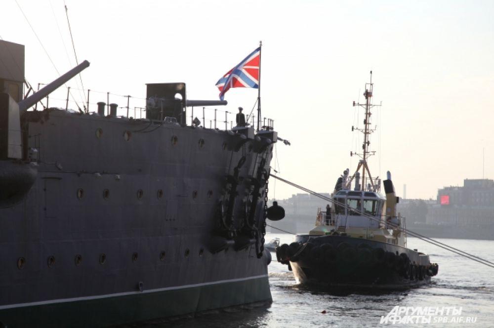 Корабль по воде вели два мощных буксира. Еще два судна шли рядом в качестве подстраховки.