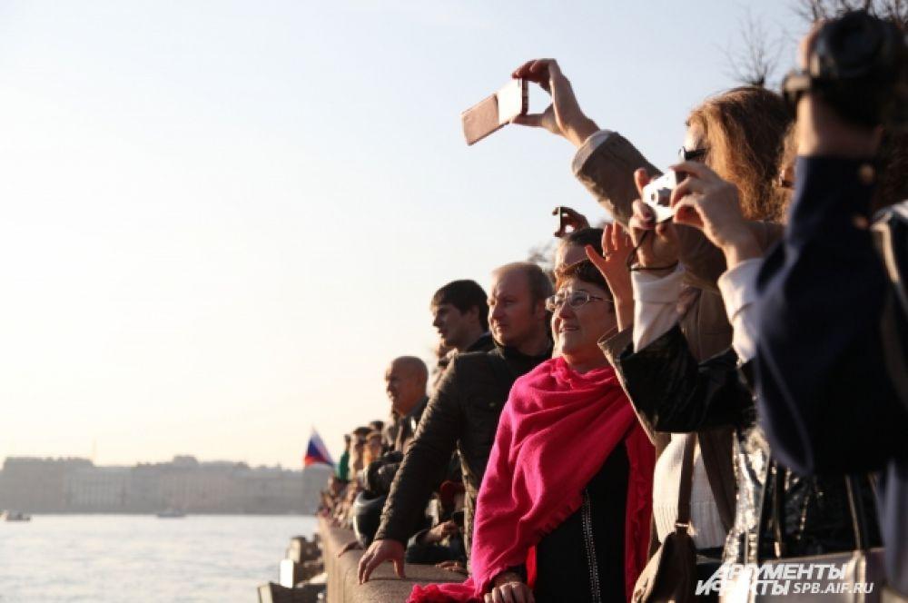 Проход легендарного крейсера на Неве горожане стремились запечатлеть на фотокамеры и мобильные телефоны.