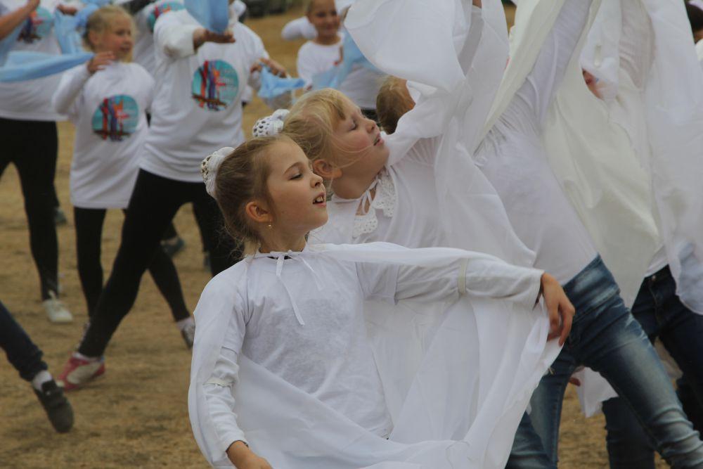 Эти маленькие школьницы перевоплотились в журавля