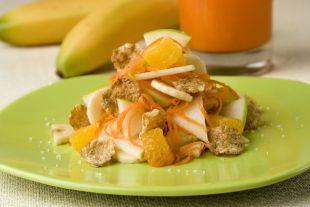 Морковный салат с фруктами.