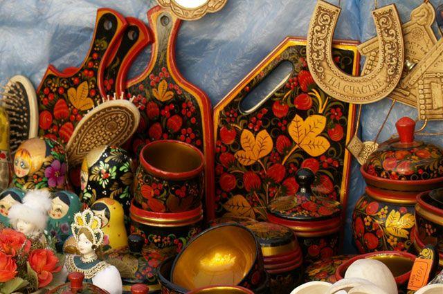 Здесь можно увидеть многофигурные жанровые сцены дымковской игрушки, золотая хохлома, жостовские подносы, изысканные палехские и мастерские лаковые миниатюры.