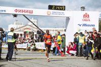 Финишировал в марафоне кениец Джон Киуй.