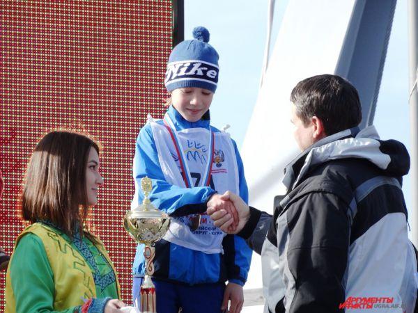 А затем состоялось награждение победителей. В категории 2005 года рождения и младше первым стал Даниэль Маковецкий. В категории 1999 – 2004 г.р. среди девушек первое место у Петровой Виктории, у парней – у Марка Девина.