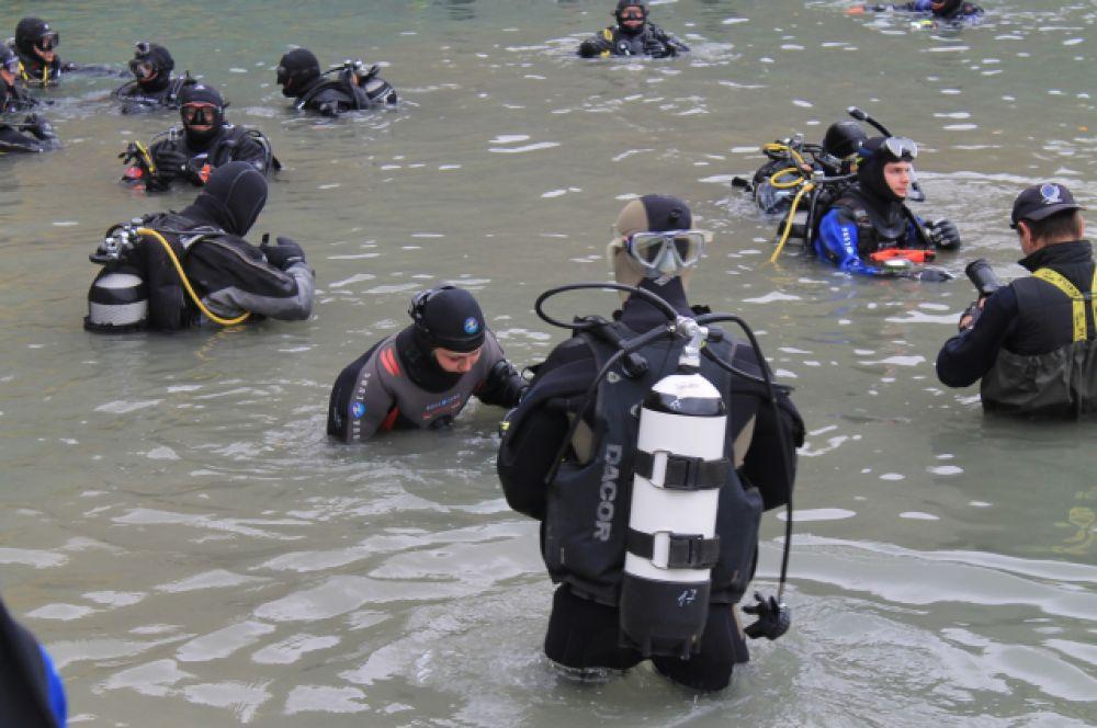 Одновременно в воду погрузились 118 человек.