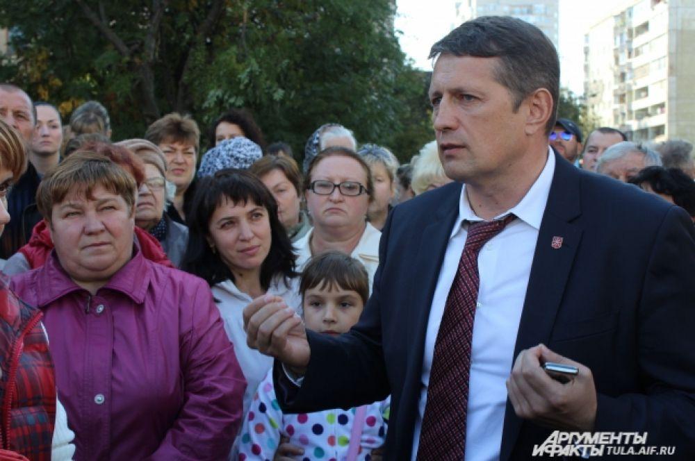 Как говорит Евгений Авилов, накануне отменивший разрешение на строительство, вскоре пройдёт служебная проверка, которая должна выяснить, на каком этапе это произошло.