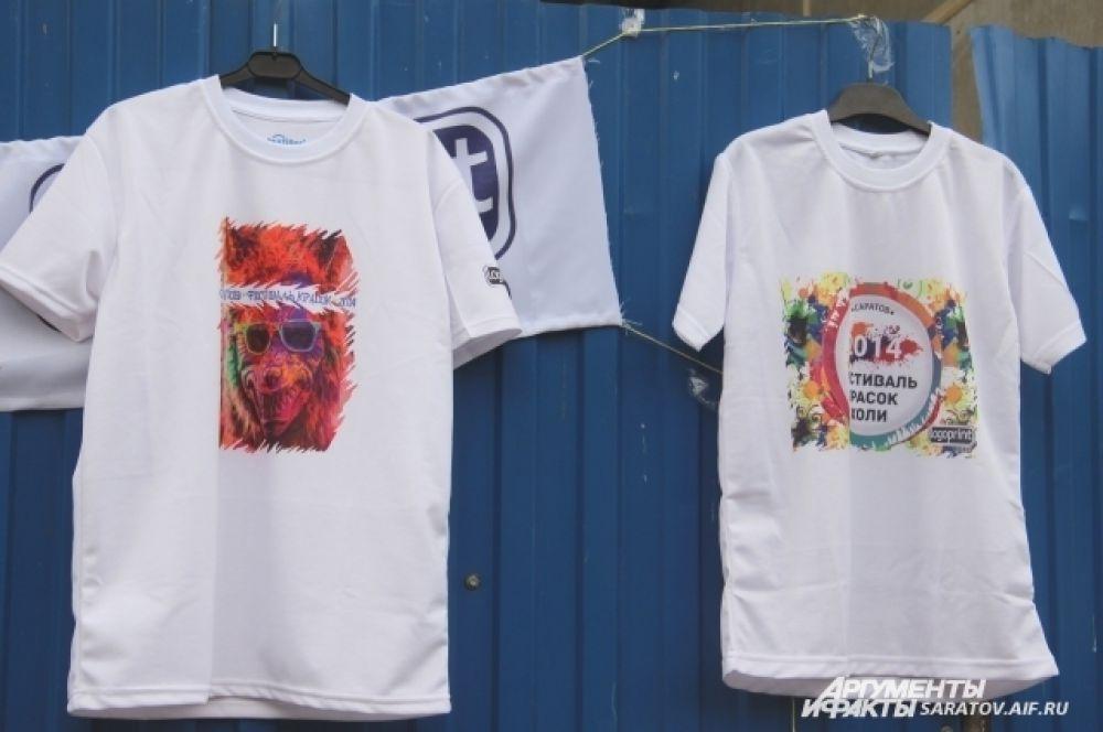 Кроме красок на входе можно было купить футболки.