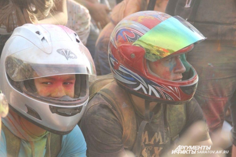 Кто-то защищался от цветного порошка шлемом.