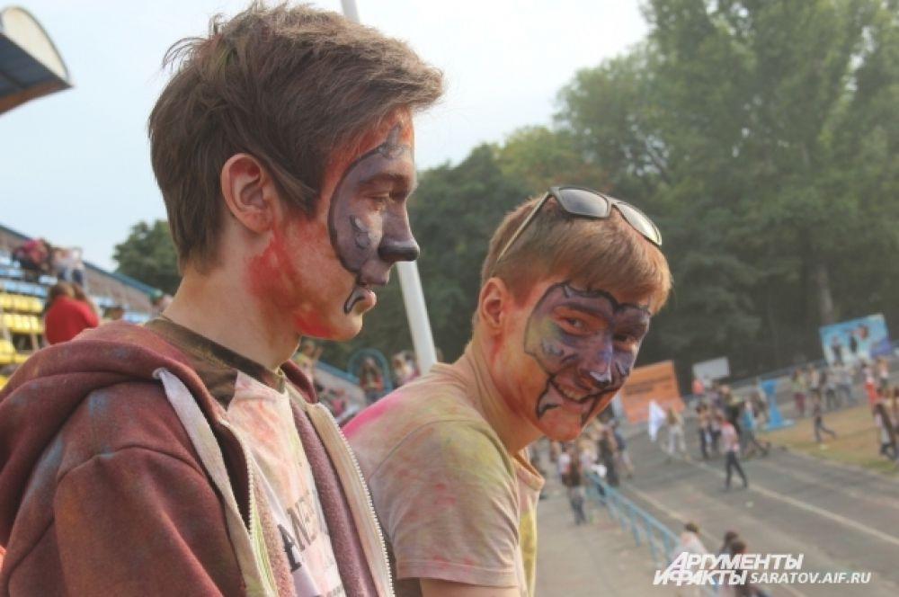 На фестивале всем желающим аквагримом расписывали лица.