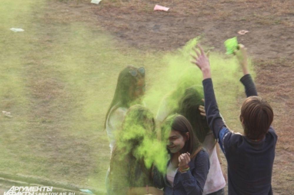 Осыпать сухой краской можно было всех, кто был поблизости.