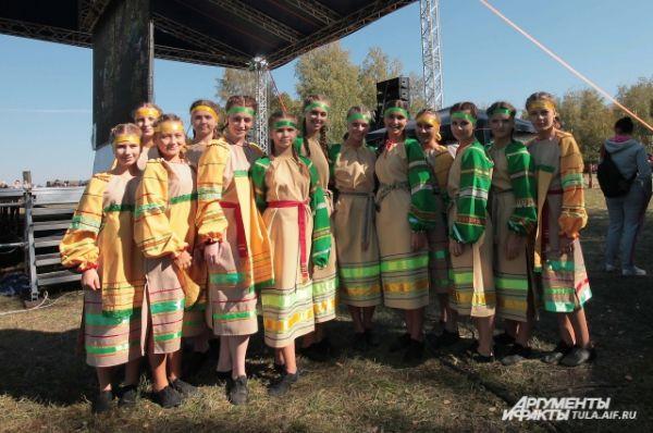 Молодые ребята, разодетые по последней моде Древней Руси приехали из самых разных городов