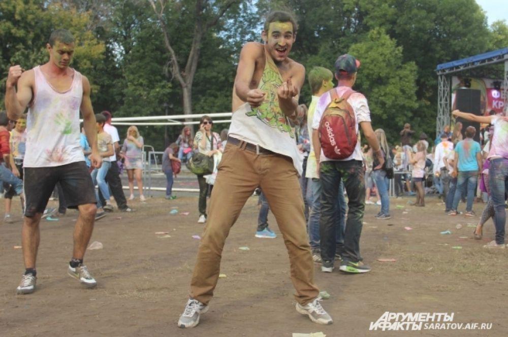 Танцы, как часть праздника под открытым небом.
