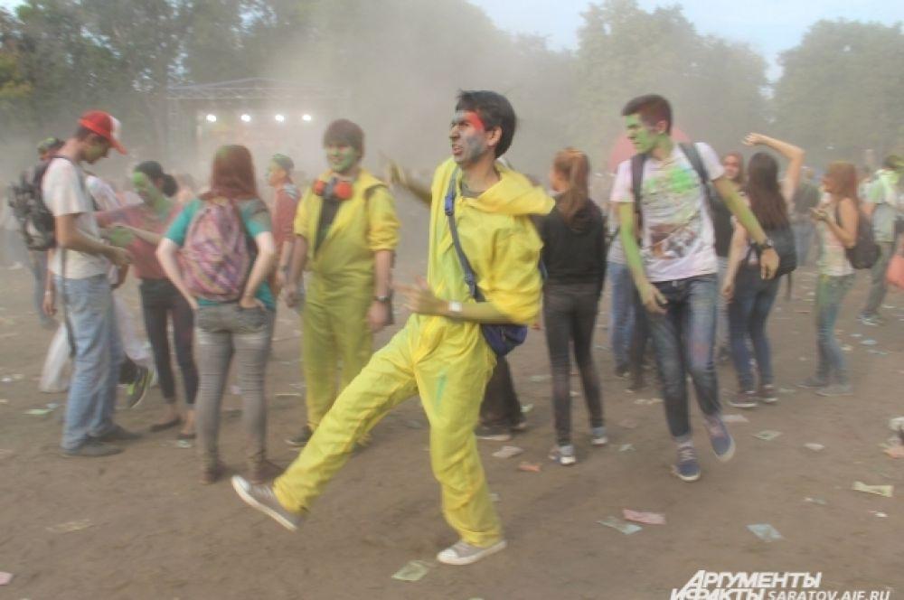 Делится хорошим настроением можно не только краской, но и танцем...