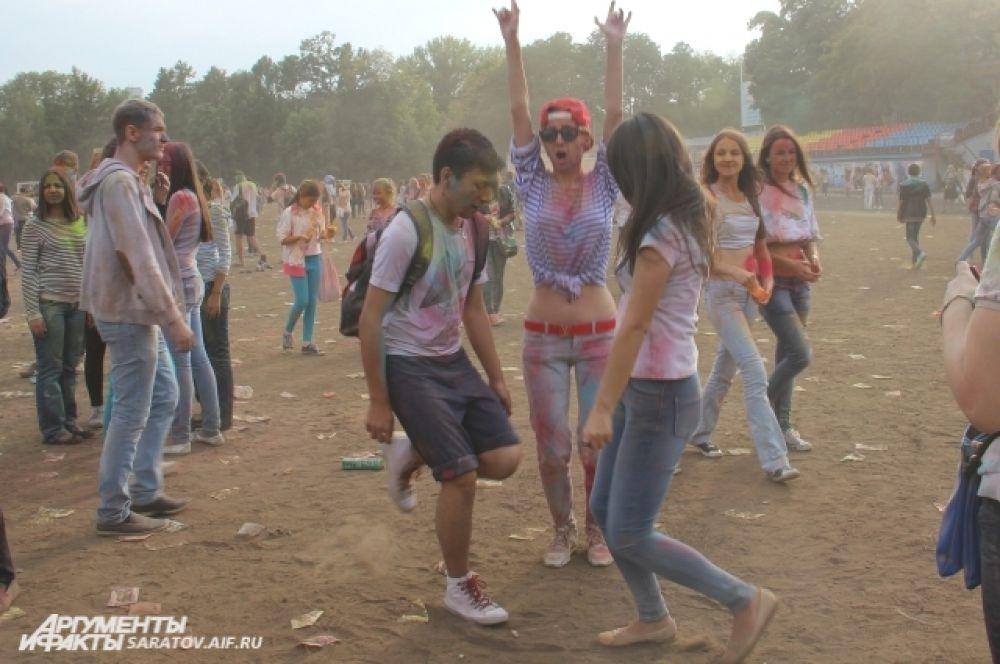 Чтобы повеселится, надо всего лишь друзей, музыку и три цвета.