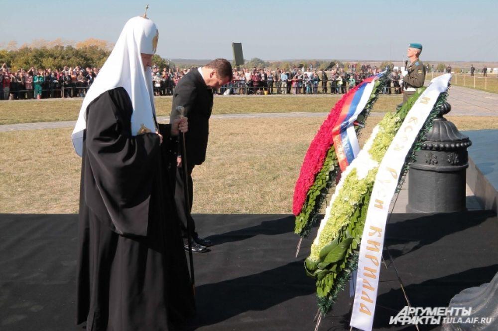Дмитрий Медведев и Святейший Патриарх Московский и всея Руси Кирилл возложили венки и цветы к памятнику-колонне Дмитрию Донскому.