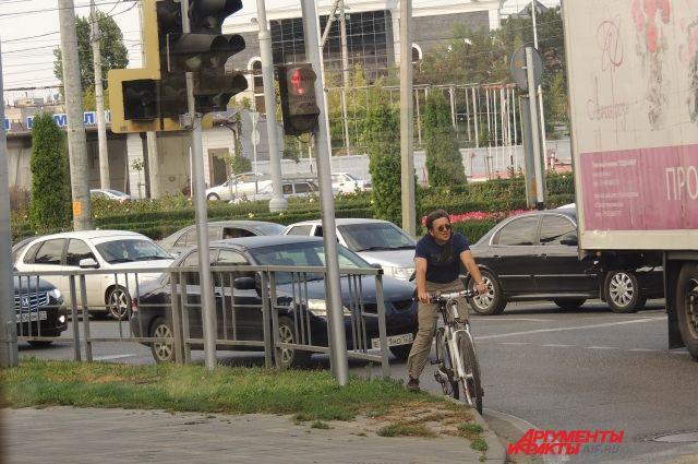 Велосипедисты вынуждены порой выезжать вплотную к автомобилям.