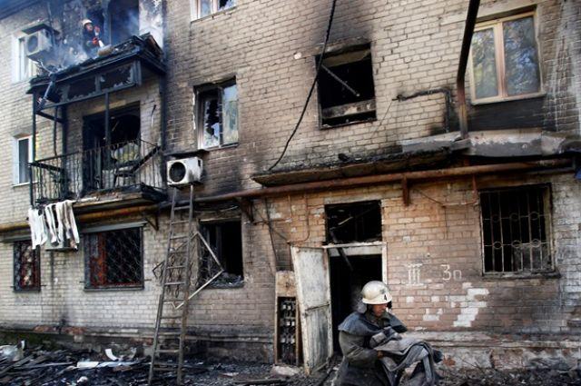 Полуразрушенный жилой дом в Донецке