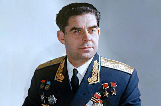 Летчик-космонавт СССР, дважды Герой Советского Союза, генерал-майор Георгий Тимофеевич Береговой. 1968 год.