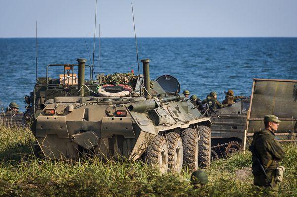 Одним из главных пунктов учений является десантирование войск на необорудованное побережье.
