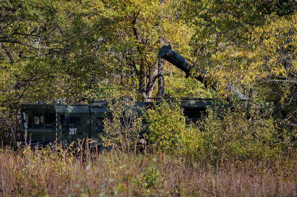 Манёвры проходят с выполнением боевых стрельб оперативно-тактического комплекса при обороне морского побережья.