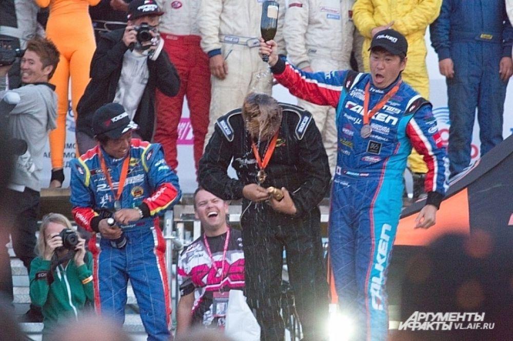 Зато обливать победителя шампанским - очень даже!