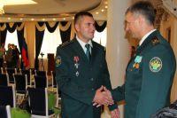 Александр Бодня получает поздравления от коллег