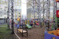 Около каждого дома строители обустраивают детскую площадку.