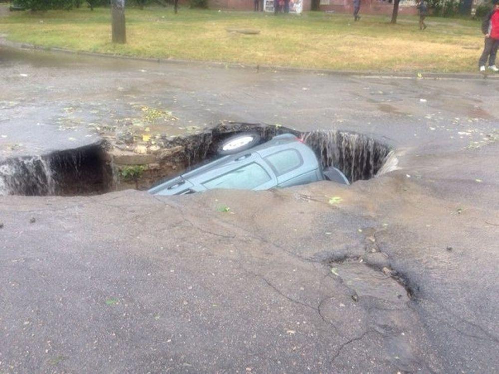 В Днепропетровске автомобиль провалился под асфальт