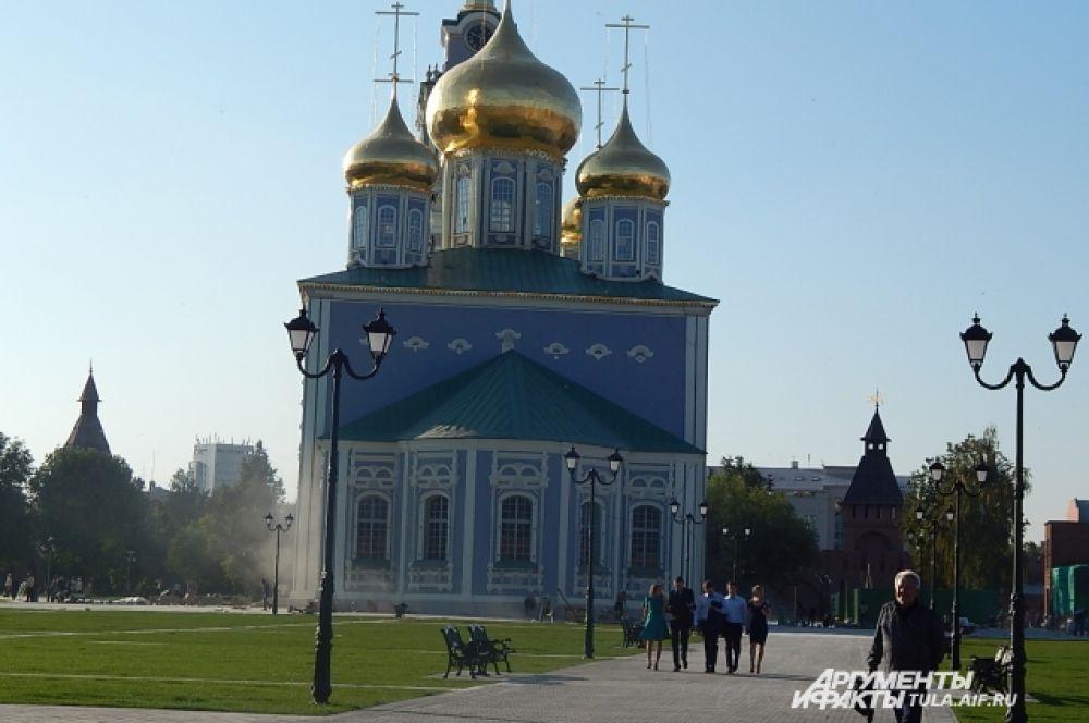 Теперь по территории Кремля гуляют, здесь читают книги и собираются с друзьями