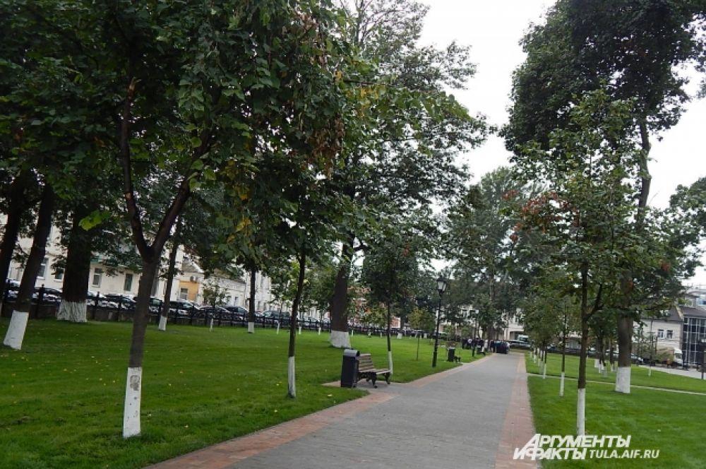 Зеленый газон, красивые деревья, удобные лавочки - все это привлекает именно сюда жителей и гостей Тулы