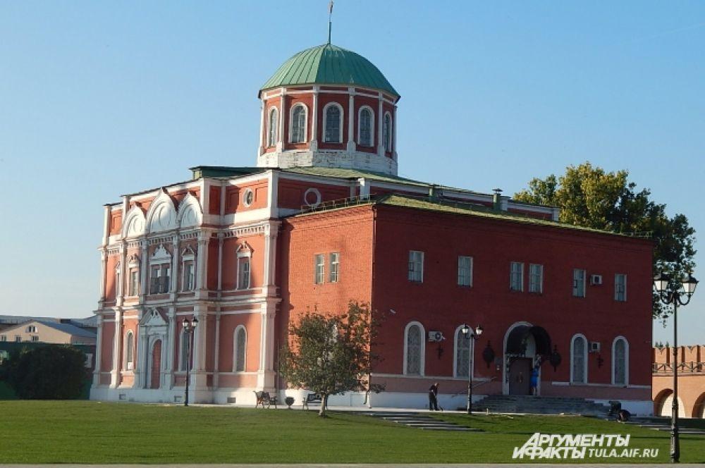 Ранее в этом здании распологался Богоявленский Собор, сейчас там музей оружия