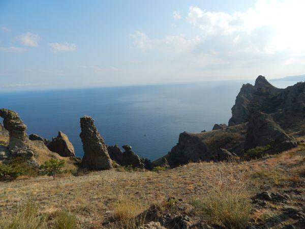 Необычные ландшафты Карадага представляют собой руины древнего вулкана, бушевавшего здесь в эпоху юрского периода.
