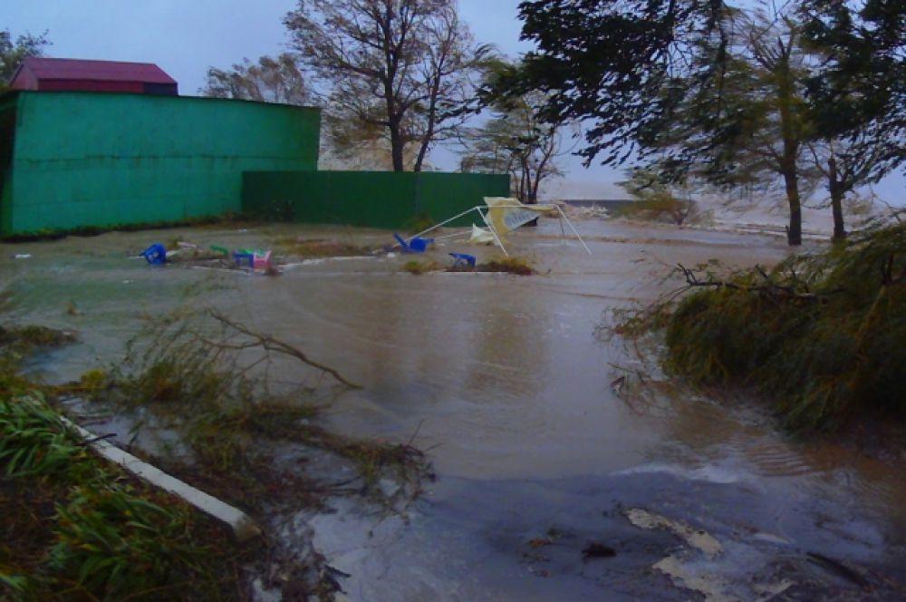 Последствия шторма на прибрежной территории лагеря.