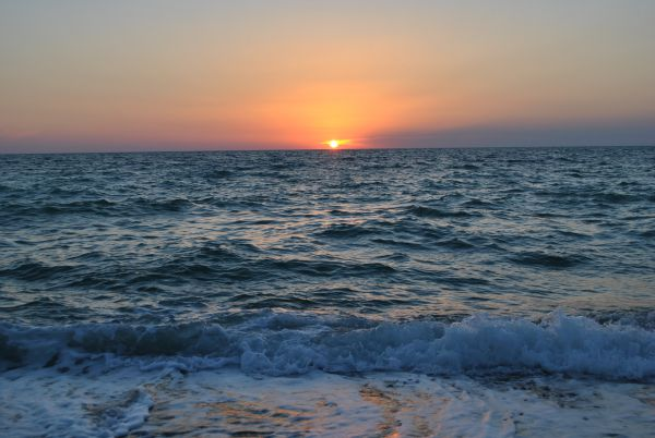 В посёлке Николаевка морским закатом можно было полюбоваться без лишних свидетелей. На самом близком к крымской столице побережье отдыхающих в этом сезоне было немного.