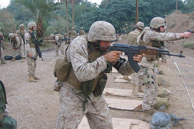 Морской пехотинец США с MPi-KMS-72, восточногерманским аналогом АКМС.