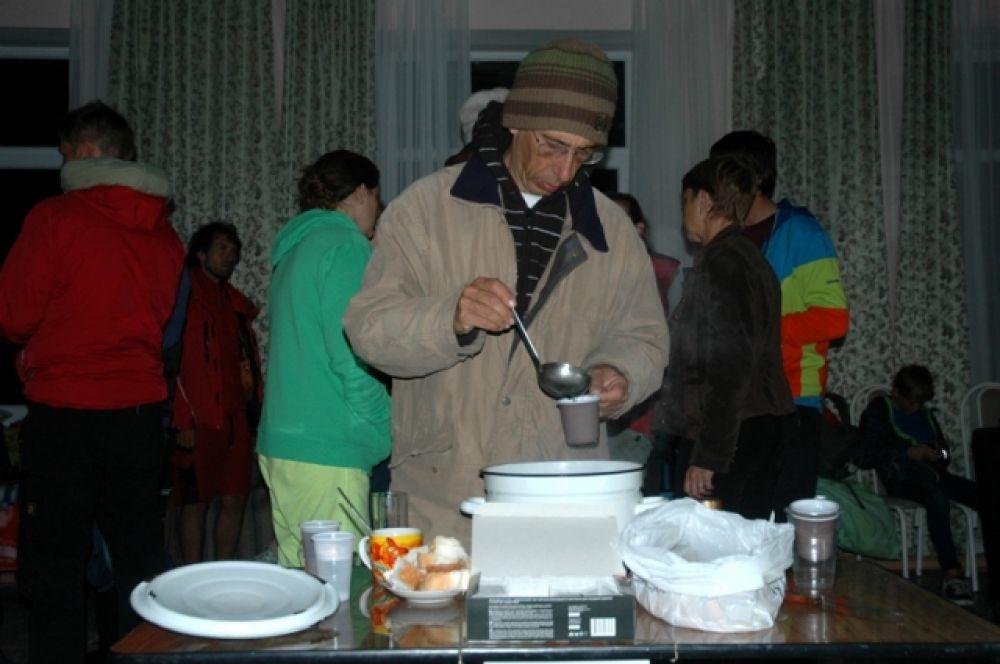 Люди размещены в пунктах временного пребывания, им предоставили горячее питание.