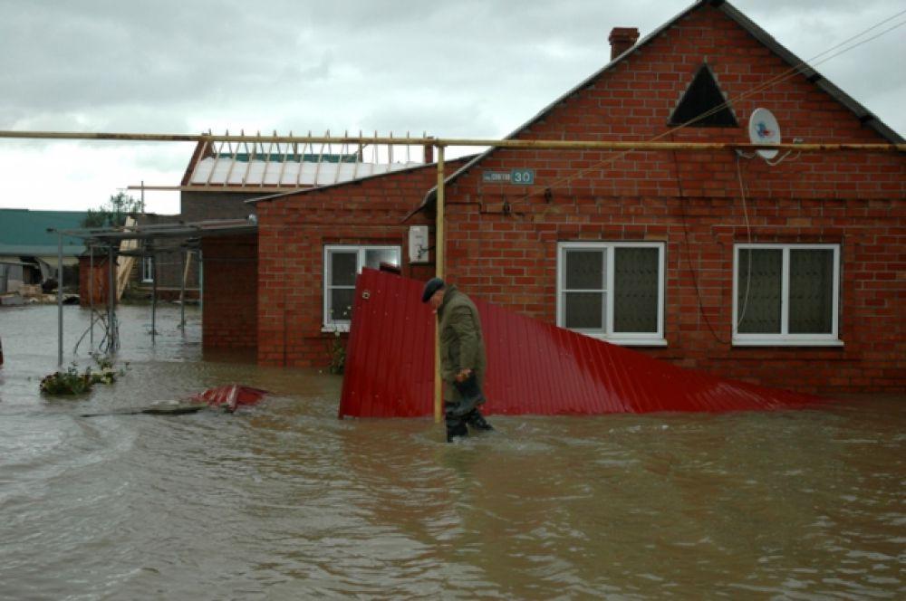 Последствия нагонной волны усугубили сильные дожди.