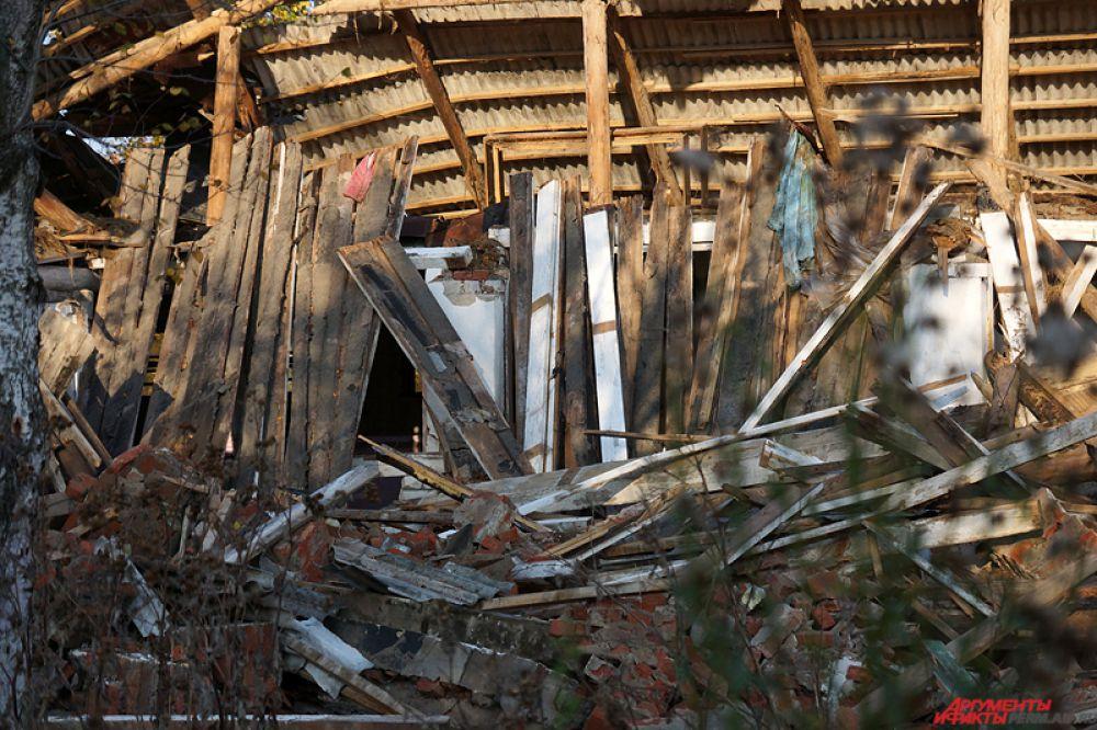 Несмотря на запрет суда, рабочие разобрали строения и уничтожили левады.
