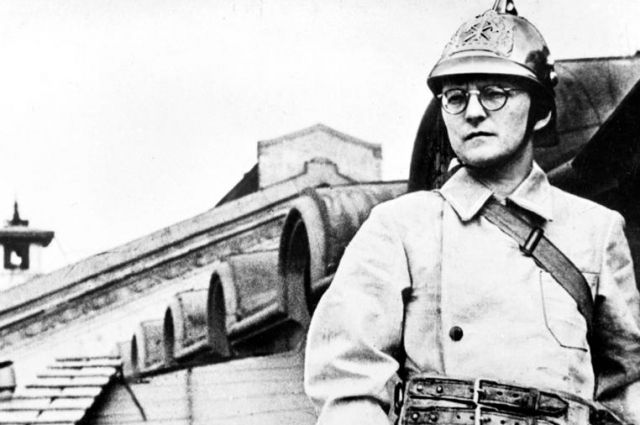 Дмитрий Шостакович на занятиях по тушению авиабомб. Ленинград, июль 1941 год