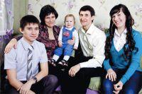 Миша Кузякин (посередине) «обречён» быть таким же талантливым, как его брат Василий (слева) и сестра Алёна (справа). У Кузякиных-родителей по-другому и быть не может.