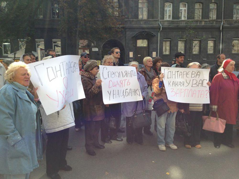 Активисты забросали яйцами здание НБУ